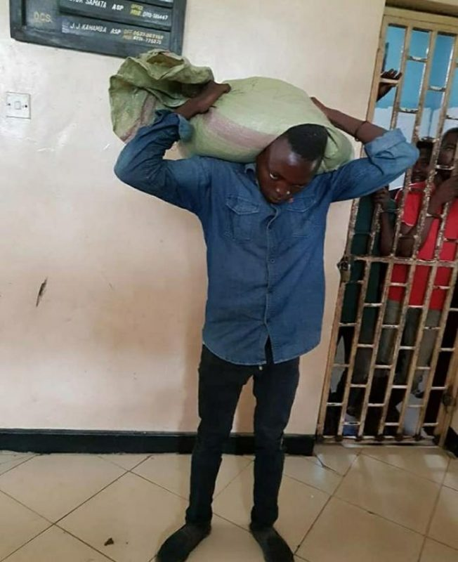 MAN SURRENDERS HIMSELF TO POLICE AFTER THE BAG HE STOLE REFUSES TO COME DOWN FROM HIS HEAD